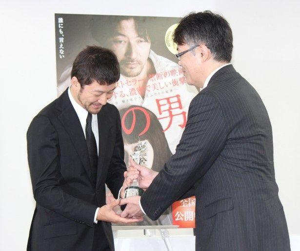 最優秀男優賞は『ふるさと』の加藤嘉以来31年ぶり2人目の快挙
