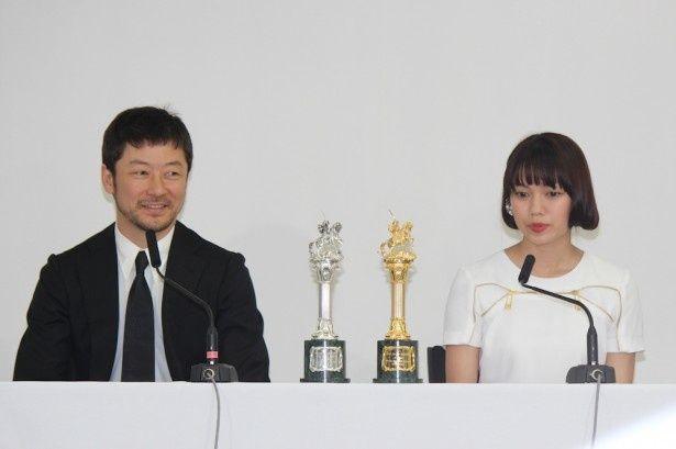 受賞会見に主演の浅野忠信と二階堂ふみが出席