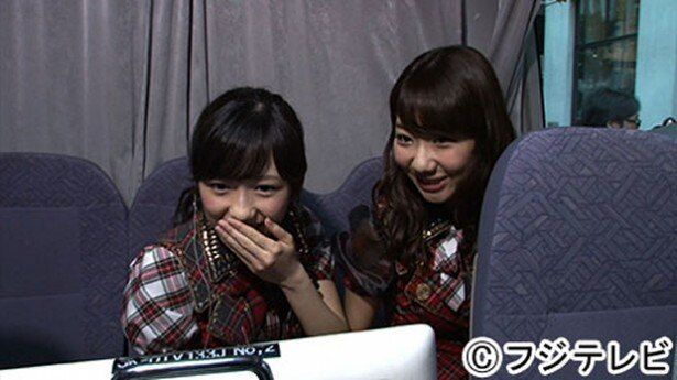 AKB48の新番組「AKBでアルバイト」でスカウトに初挑戦した渡辺麻友(左)と柏木由紀(右)