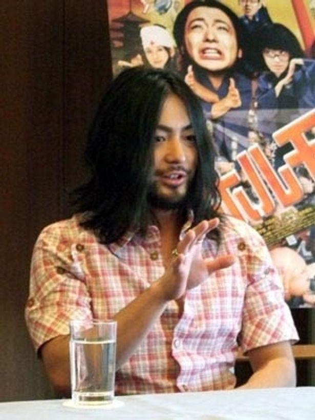 開口一番「無人島からやって来ました」とジョークを飛ばす山田孝之