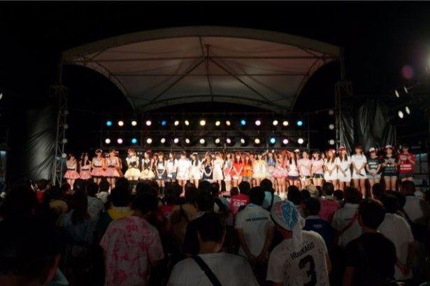 ラストは総勢10組のアイドルがファンとともにモンパチの「あなたに」を熱唱!