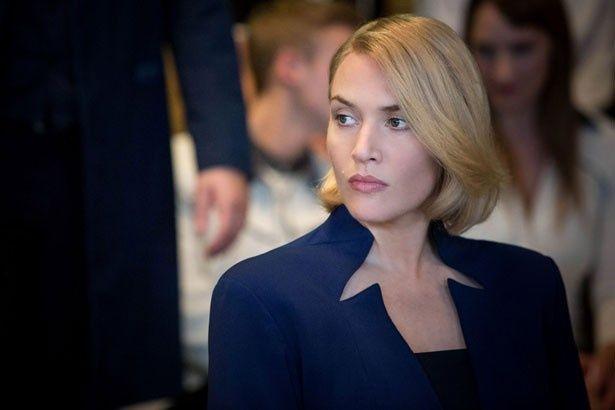 """""""博学""""のリーダーにして、世界を征服しようと企むジェニーンを演じるケイト・ウィンスレット。冷めた表情が怖い!"""