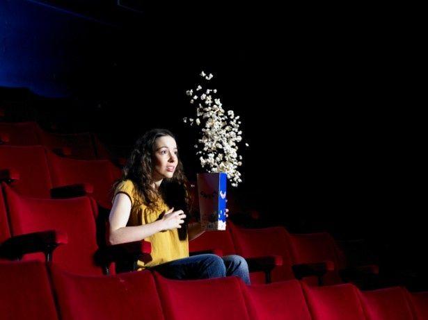 あまりにオトクに映画を見過ぎると…ポップコーンが宙を舞う!?