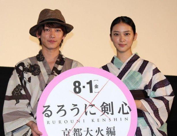 佐藤健と武井咲が涼しげな浴衣姿で登場!