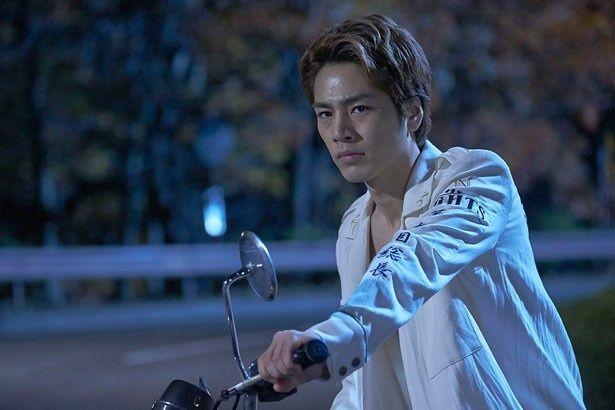 刹那的に生きる青年、春山を演じた登坂広臣。バイクを乗り回すシーンも格好良い!