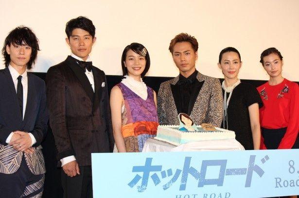 """能年玲奈、21歳のバースデーを""""ホットロード""""ケーキでお祝い!"""