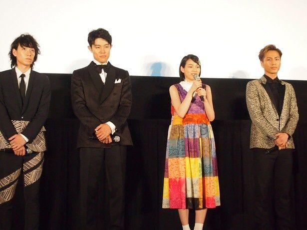 映画「ホットロード」の完成披露試写舞台あいさつに、主演の能年玲奈はカラフルなワンピース姿で登場