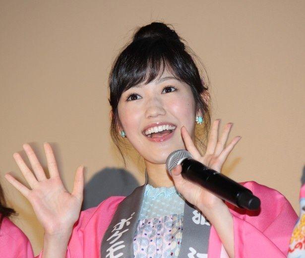 会場に笑顔で手を振ったAKB48の渡辺麻友