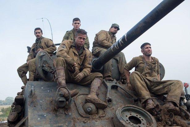 ブラッド・ピットら5人の兵士がM4中戦車でドイツ部隊に戦いを挑む!