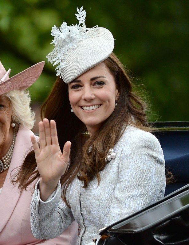 ヴィクトリアから黒いルブタンのブーツを贈られたキャサリン妃