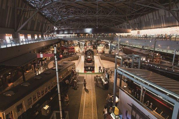 36両に及ぶ歴代の車両が展示され、日本の鉄道の歴史を肌で感じられるヒストリーゾーン。暗めのライトに照らされた車両たちが並ぶ様は、鉄道好きでなくとも鳥肌モノだ
