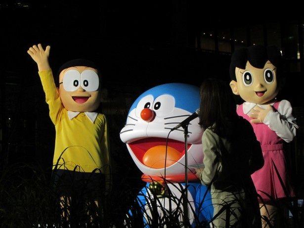 東京・虎ノ門ヒルズでの「巨大ドラえもんカウントダウン点灯式」に出席したドラえもん、のび太、しずかちゃん