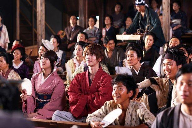 着物姿で観劇を楽しむシーンもキマってる佐藤健