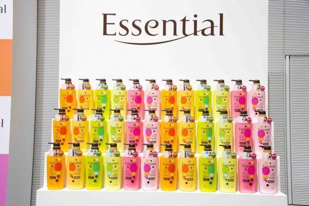「女性の長い髪はお手入れが大変なんだろうなと思います」と櫻井。「エッセンシャル」は3種類。オレンジのボトルはしっとり派、緑のボトルはさらさら派、ピンクのボトルはふわっと派に