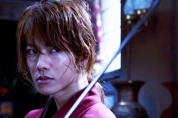 佐藤健のキレのいい剣さばきが超クールなシリーズ第1作「るろうに剣心」