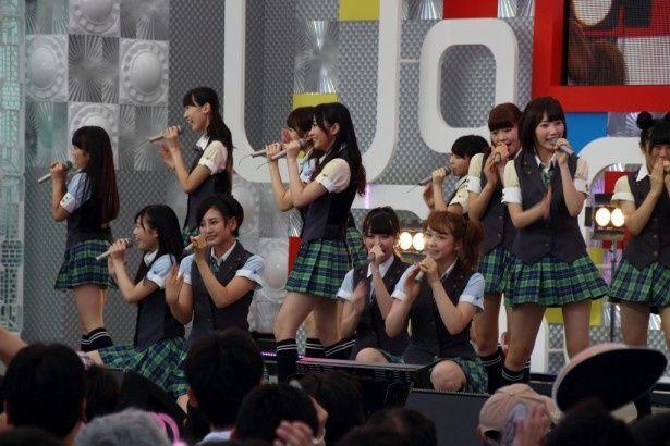 「東京アイドルフェスティバル2014」で熱唱するHKT48