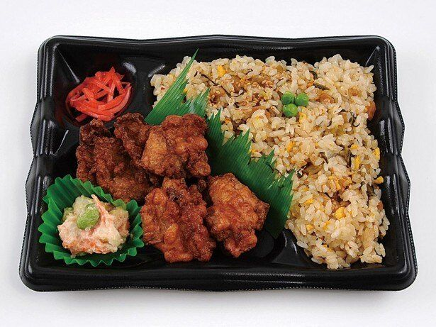 「阿蘇高菜炒飯と唐揚げ弁当」は、ボリューム満点の唐揚げと炒飯の組み合わせが美味!
