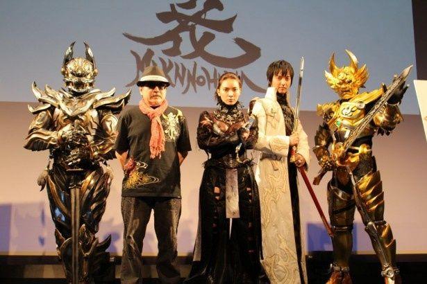 前列左から、雨宮慶太監督、秋元才加、中山麻聖