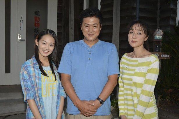 すべての撮影が終わり、喜びの表情を見せる陣内孝則(中)と吉本実憂(左)。写真右は最終回ゲストの浅野ゆう子