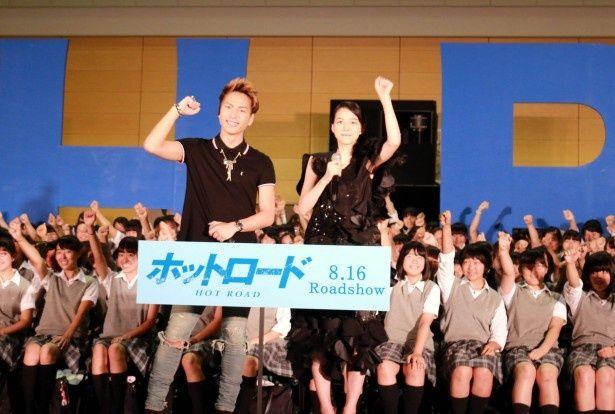 映画「ホットロード」の女子中高生招待イベントに出席した能年玲奈と三代目J Soul Brothers・登坂広臣