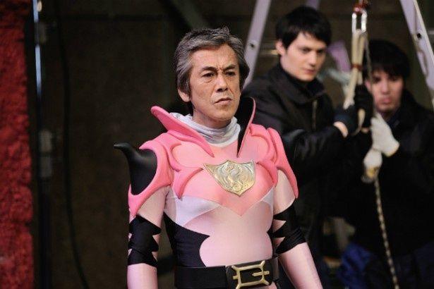 『イン・ザ・ヒーロー』で女らしい戦隊ヒーローのピンクに扮した寺島進