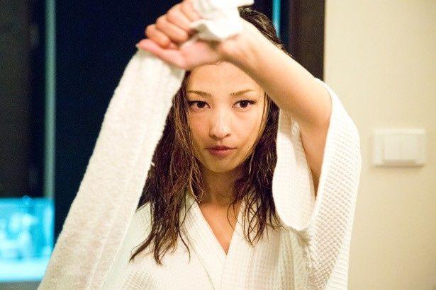峰不二子役の黒木メイサがバスローブ1枚で悩殺セクシーアクション!