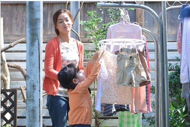 「はなちゃんのみそ汁」より。信吾(大倉忠義)の妻・千恵(尾野真千子)は幼いはなに家事を教える
