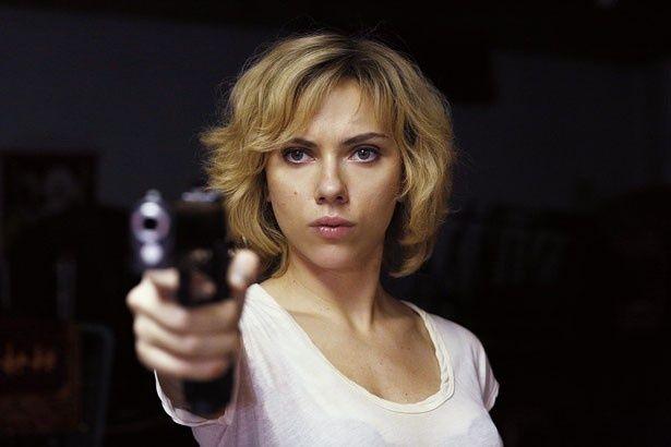 スカーレット・ヨハンソンが激しいガンアクションを披露!(『LUCY ルーシー』)