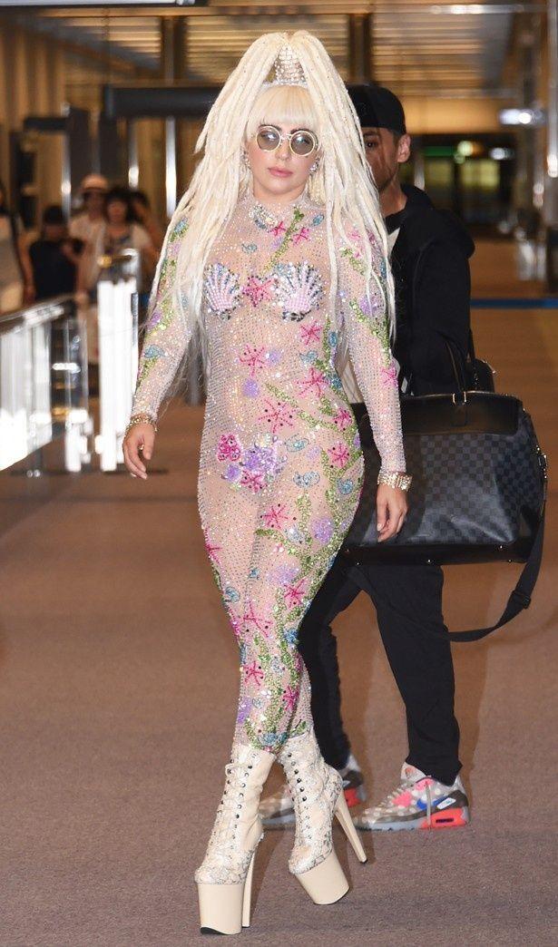 公演のため成田空港に降り立ったガガ