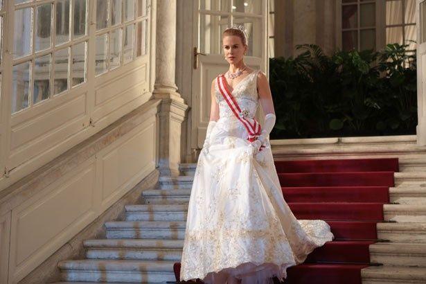 グレースが実際に着たランバンのドレスをもとに作られた白ドレス。ティアラとネックレスはカルティエが復元に協力