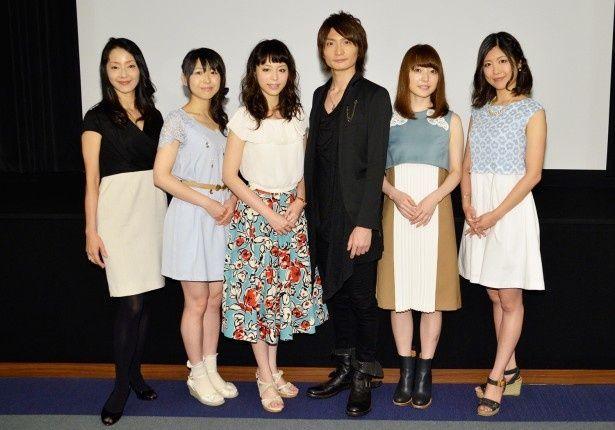 記者会見に登壇した出演陣。(写真左から)田中敦子、安野希世乃、平野綾、島崎信長、花澤香菜、前田玲奈