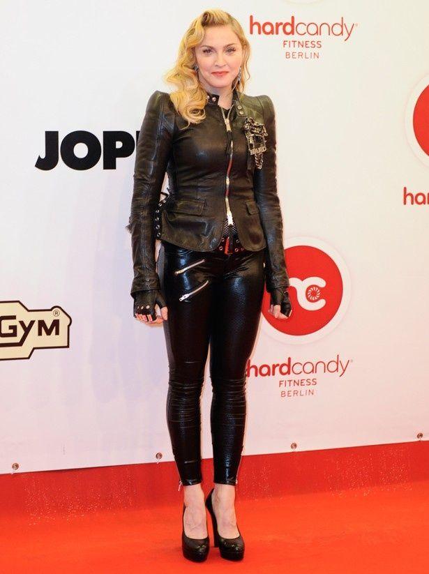 マドンナが使用したマスクや手袋のほか、下着までオークションに!