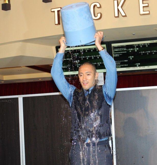 市川海老蔵、スーツ姿で頭から氷水をかぶる!