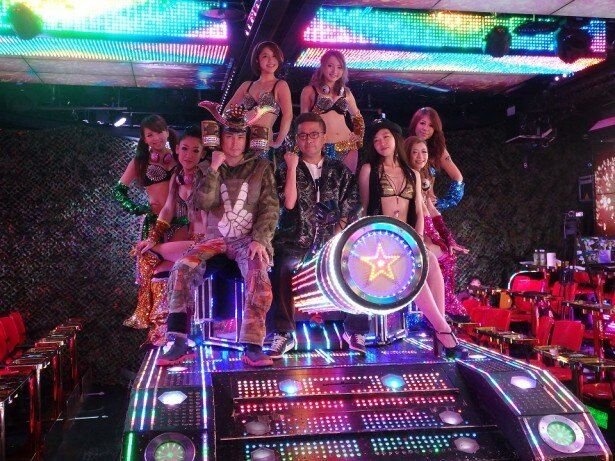 映画「TOKYO TRIBE」にも登場する戦車に乗ってご満悦の園子温監督(前列中央)