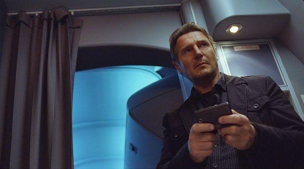 航空保安官ビルを演じるリーアム・ニーソン。武術に長けた強いオヤジを熱演