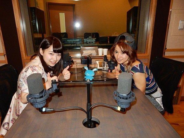 収録スタジオで仲良くサムアップポーズの小笠原(左)とfumika