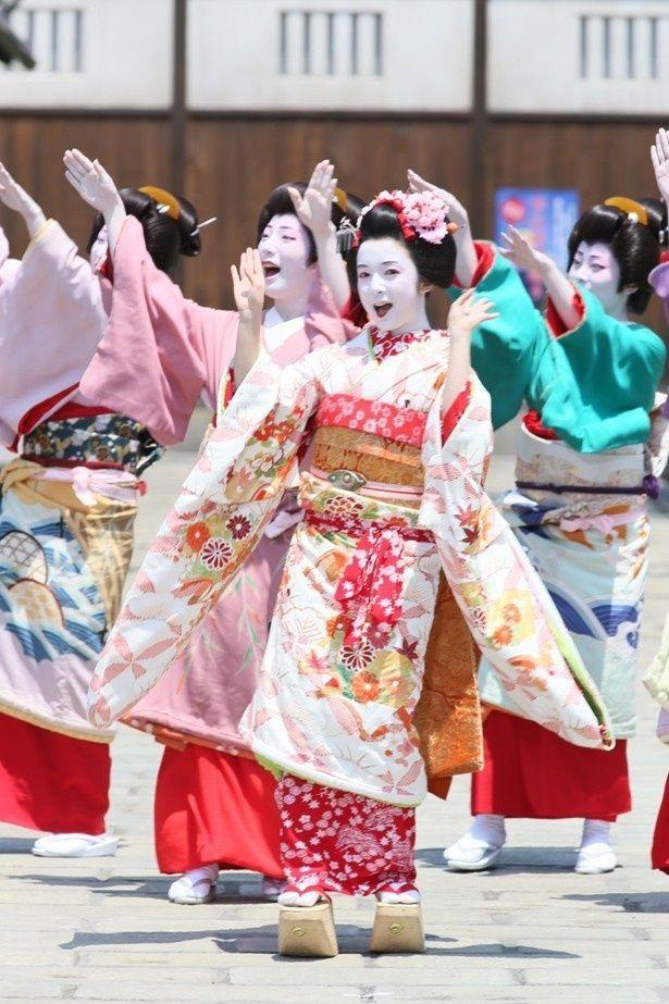 【写真を見る】とっても愛らしい舞妓姿の上白石萌音のミュージカルシーン