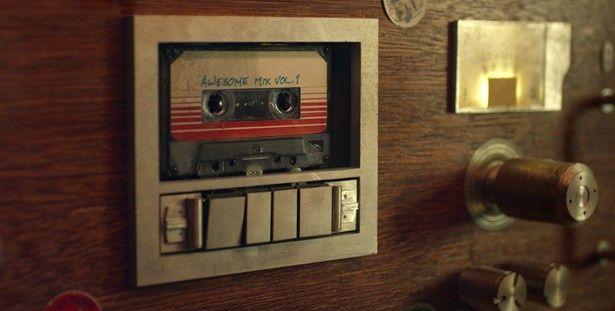 亡き母の形見であるカセットテープには70年代の名曲の数々が収録!