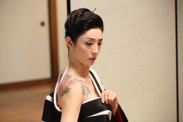 草刈民代、夫・周防正行監督作『舞妓はレディ』で『緋牡丹博徒』ばりの刺青を披露