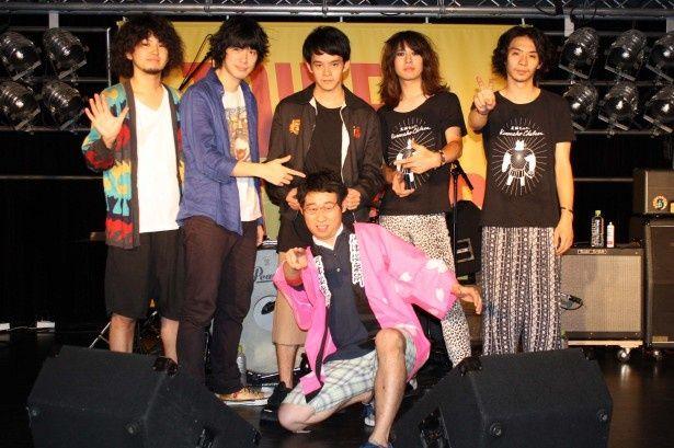 「大人ドロップ」リリースイベントに登場した池松壮亮(中央上)、前野朋哉(中央下)、渡辺大知(左から2番目)。ライブコーナーには黒猫チェルシーも登場した