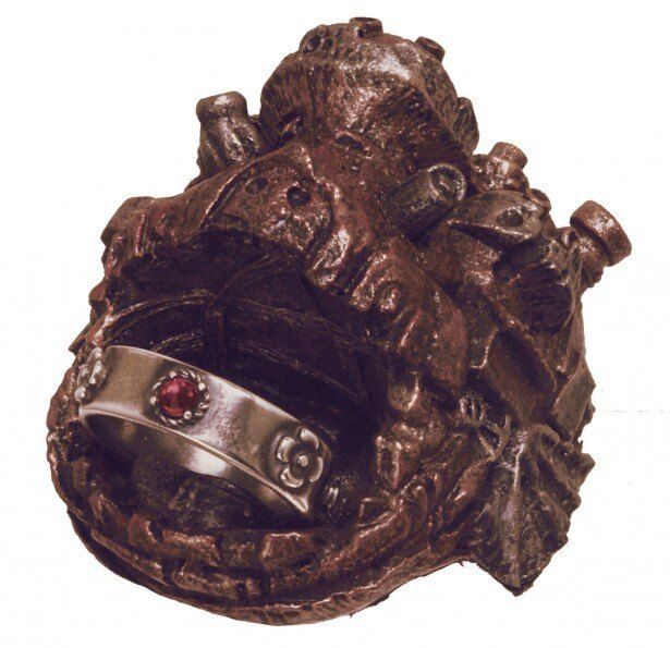 ハウルの城の形の専用トレーに入った「ハウルの動く城 アミュレットリング」(税別1万5000円)