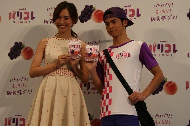 「パリコレ」のイベントに出席した優木まおみ(左)と菅谷哲也(右)