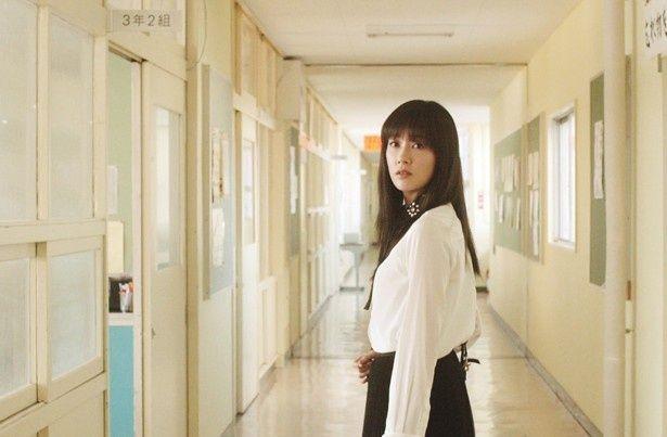 主演の水川あさみが高校時代にクラスの女王だった響子を演じる