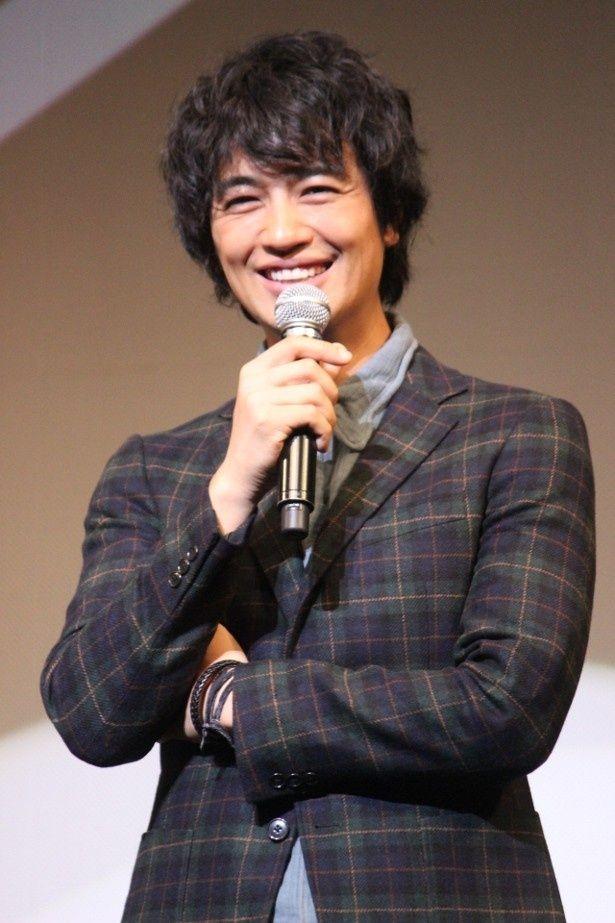 【写真を見る】爽やかな笑顔がまぶしい斎藤工