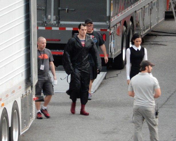 撮影中のヘンリー・カヴィル、スーパーマンのスーツを着ている!