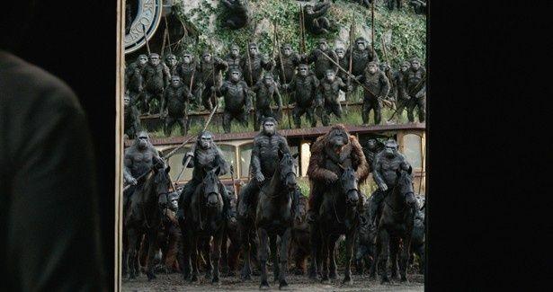 【写真を見る】猿の大群が馬に乗って現れるシーンは圧巻!