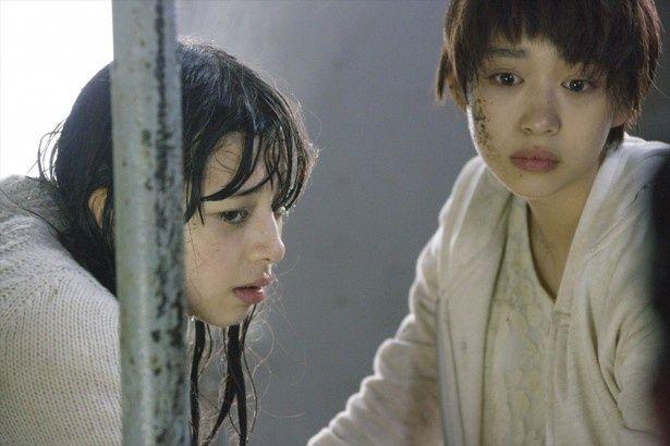 女子高生失踪事件の謎に迫るミチとアヤを全力で表現している