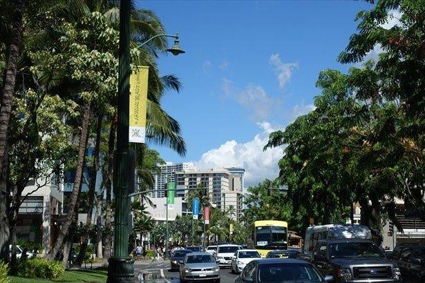 カラカウア通りには113本のフラッグが掲出された