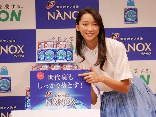杏は商品のパッケージ同様のさわやかな白とブルーの衣装で登壇