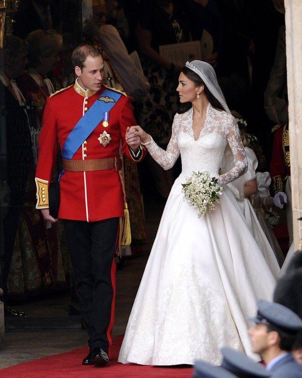 【写真を見る】アマルのドレスはキャサリン妃のドレスと同じデザイナー!